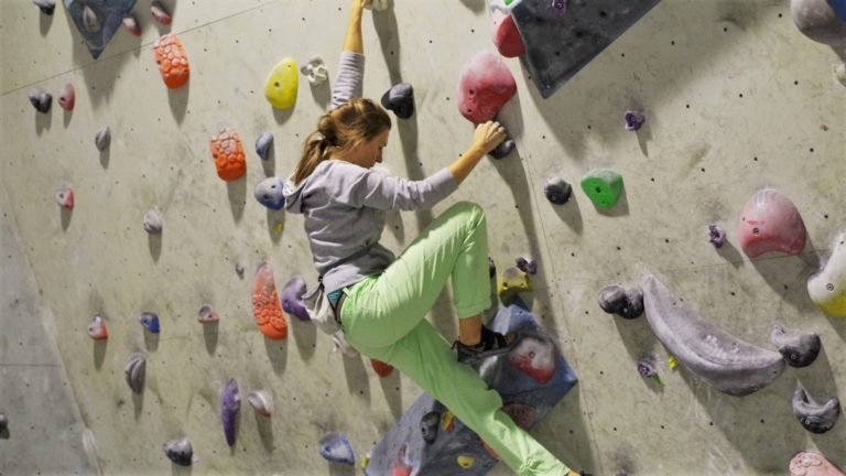 Wspinanie na ściance wspinaczkowej to świetny trening