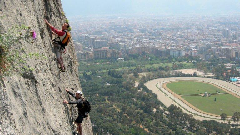 Wspinacze na drodze wielwyciągowej na Sycylii