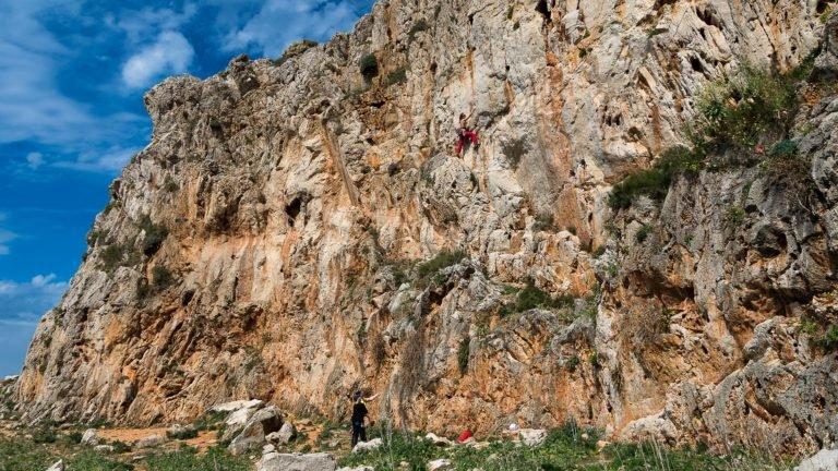 Wspinanie na jednym z skalnych sektorów San Vito lo Capo - Sycylia