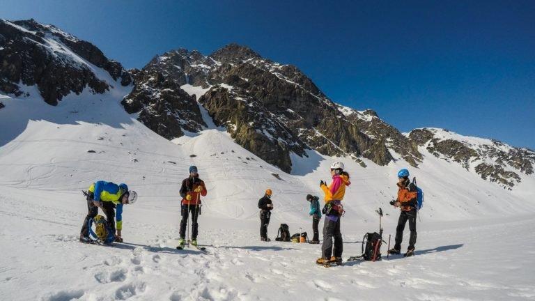 zimowy kurs turystyki wysokogórskiej - przygotowania do wyjścia na Granaty