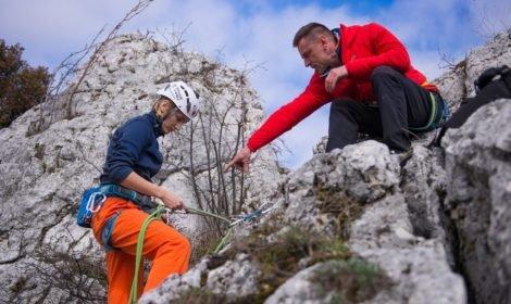 Proawidłowe przewiązanie się w stanowisku jest elementem kursu wspinaczki, fot: Olga Przyjemska