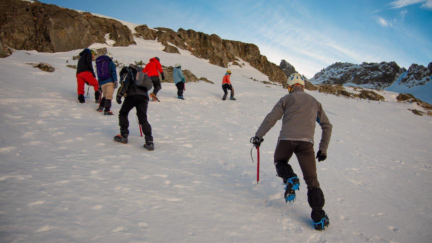 Kurs zimowej turystyki wysokogórskiej, nauka chodzenia w rakach